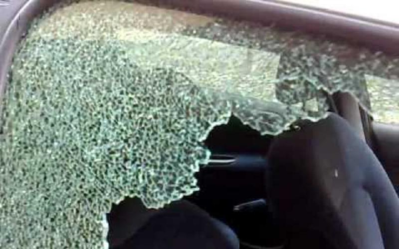Frantumano i vetri di una Bmw e rubano borsello lasciato in auto con soldi e documenti: indagini in corso