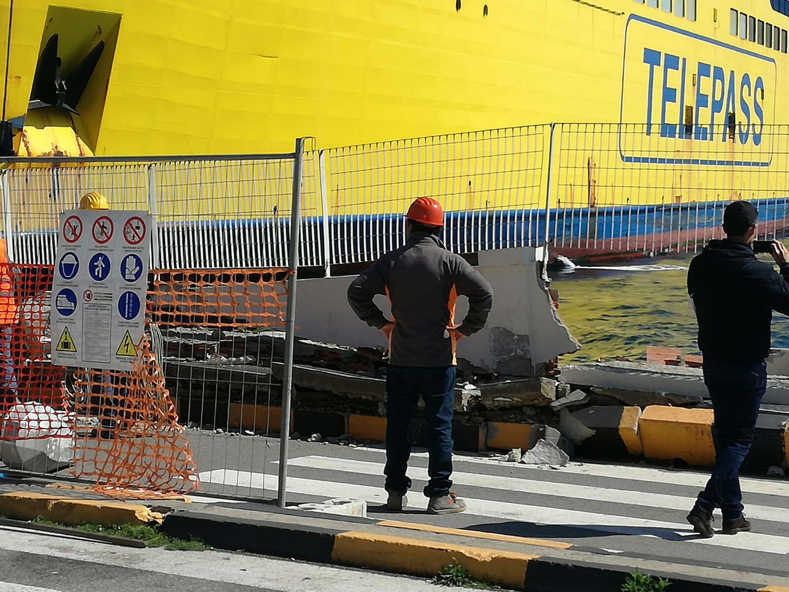Tragedia sfiorata sulla stiva di una delle navi Tirrenia: marinaio schiacciato da un trattore
