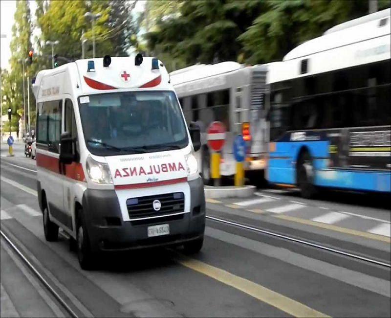 Moto della polizia investe un'anziana: trasportata d'urgenza in ospedale