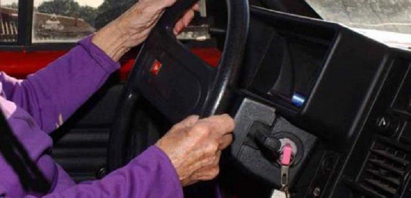 Smarrisce borsa con denaro, carabinieri la ritrovano ma non ha soldi per il pedaggio: anziana aiutata da militare