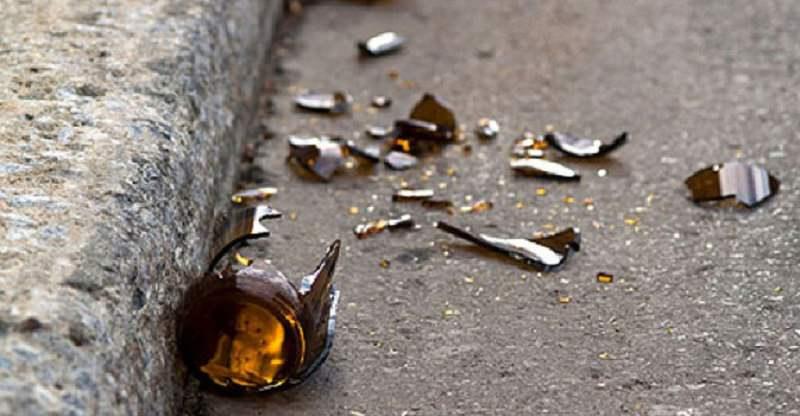 Lancio di bottiglie, sputi e minacce ai condomini: donna allontanata dalla città