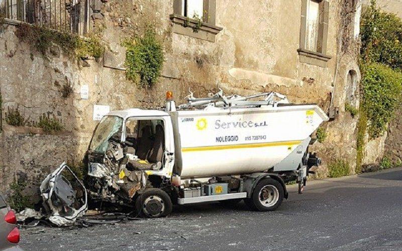 Camion della spazzatura contro un muro. Uno dei feriti è il fratello dell'ex assessore di Aci Catena