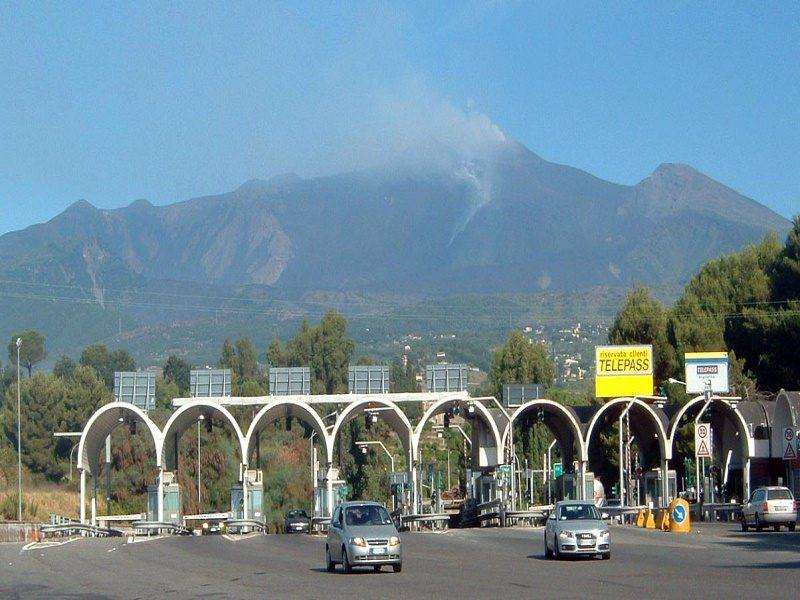Domenica da bollino nero sulla Messina-Catania: traffico intenso e lunghe code sulla A18