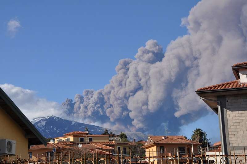 Acireale, cenere vulcanica. Il sindaco invita alla prudenza