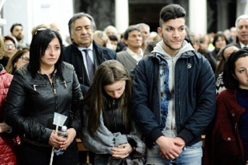 Palermo si stringe nel dolore: ultimo saluto al clochard bruciato vivo