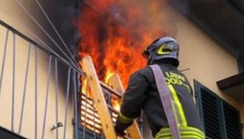 Bimbi bloccati in casa in fiamme, 49enne si arrampica su balcone e salva tre sorelline e un cuginetto