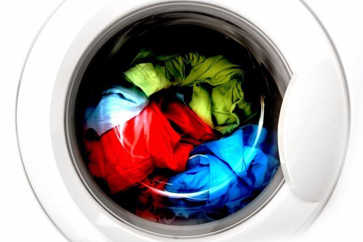 Genitori folli: figlio in lavatrice per fargli vivere l'emozione della giostra. Aperta l'inchiesta