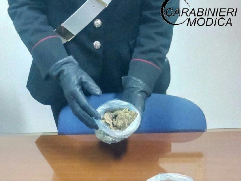 Sospetto viavai e marijuana ben nascosta in diversi punti di casa: arrestato 24enne