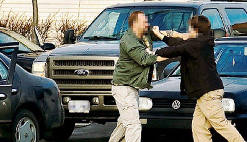"""Questioni di """"precedenza"""": lite tra due automobilisti a colpi di bloccasterzo e cacciavite"""