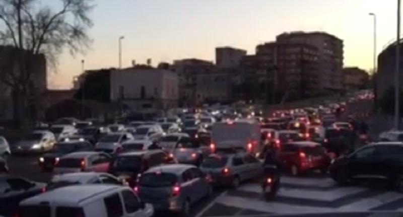 In auto alla circonvallazione, Catania come Kabul