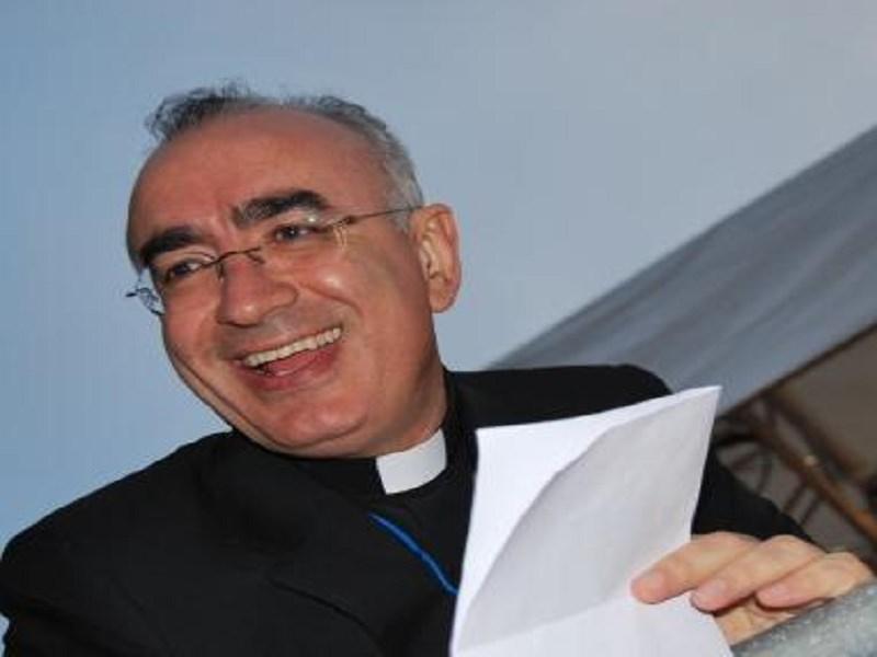 """Vescovo di Noto accetta invito di Papa Francesco e canta """"Occidentali's Karma"""""""