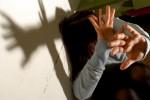 Catania, picchiata selvaggiamente con calci e pugni e minacciata con un bastone dal compagno: intervengono i poliziotti