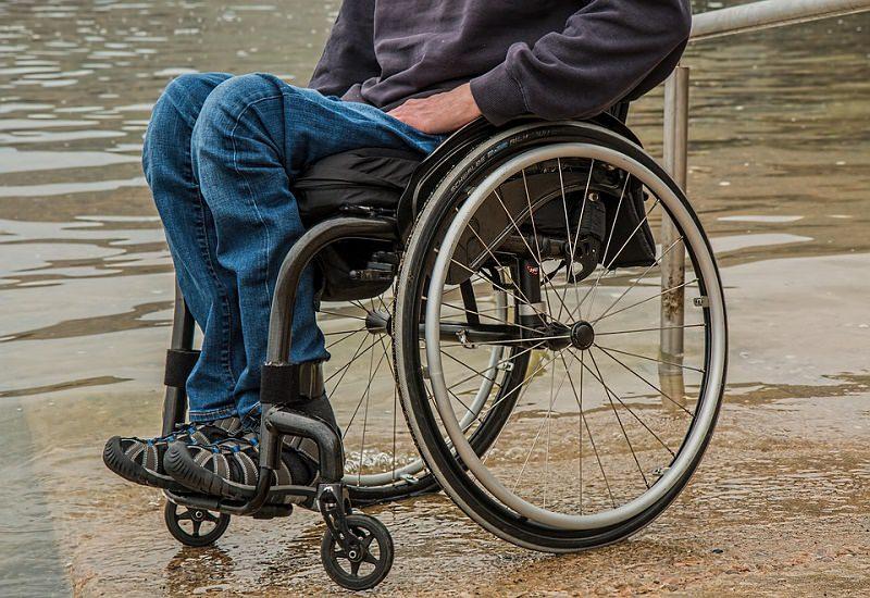 """Tredicenne tetraplegico escluso dalla gita: """"La sua carrozzina è troppo ingombrante"""""""