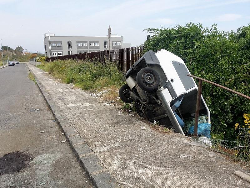 La Panda che vomita. Vandali in azione a Viagrande, dove una vettura penzola nel vuoto. Ancora per quanto?