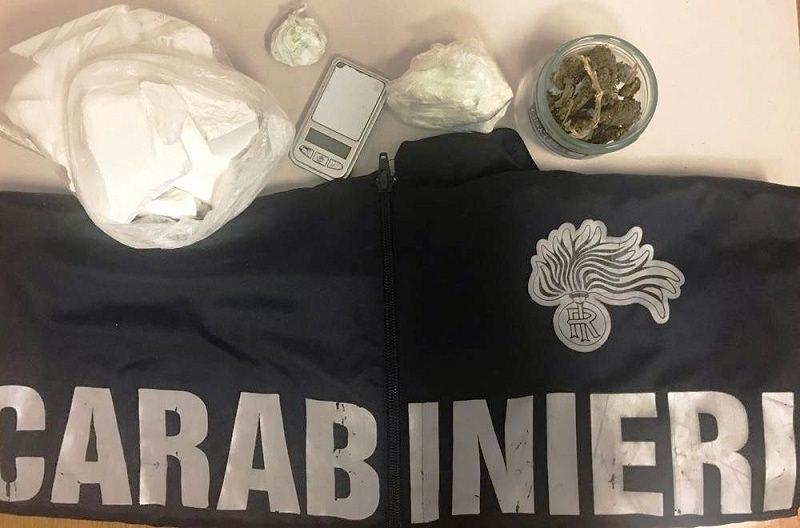 """A 8 anni utilizzato come """"palo"""" per trasportare mezzo chilo di cocaina: padre in manette"""