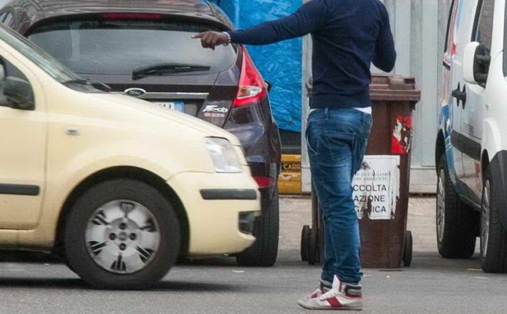 Non paga il parcheggiatore abusivo, lui lo aggredisce con pugni e gomitate: scatta la denuncia