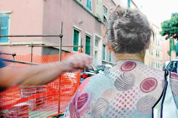 Borseggiatore in farmacia in piazza Santa Maria di Gesù: pensionata presa di mira