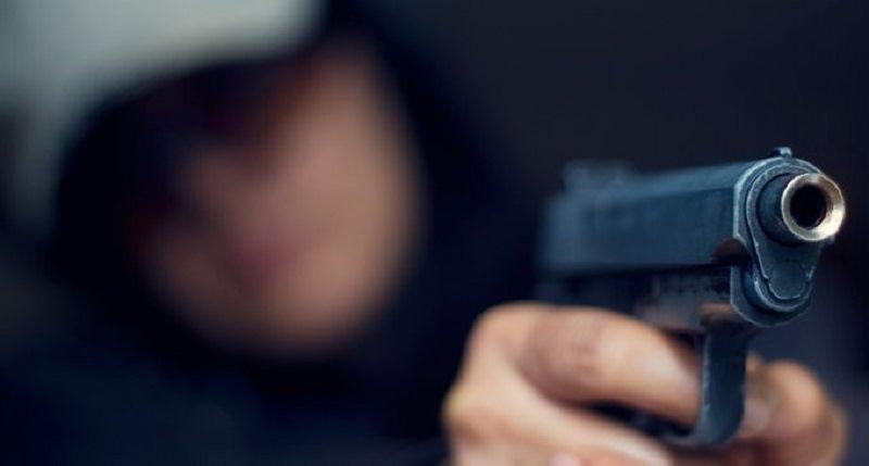 Sparatoria in un centro commerciale del Catanese, 19enne litiga per la fila e spara: un ferito in codice rosso al Cannizzaro