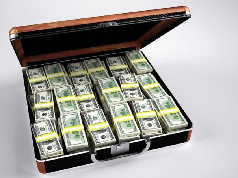 Trovati 54mila euro in casa del mago della truffa dello specchietto: 40 denunce e 4 arresti a carico