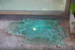 """Banda """"spacca vetrine"""" in azione in una boutique del centro: rubati capi di alta moda"""