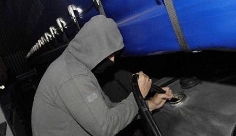 Ruba benzina da escavatore: trovato con 4 bidoni in macchina