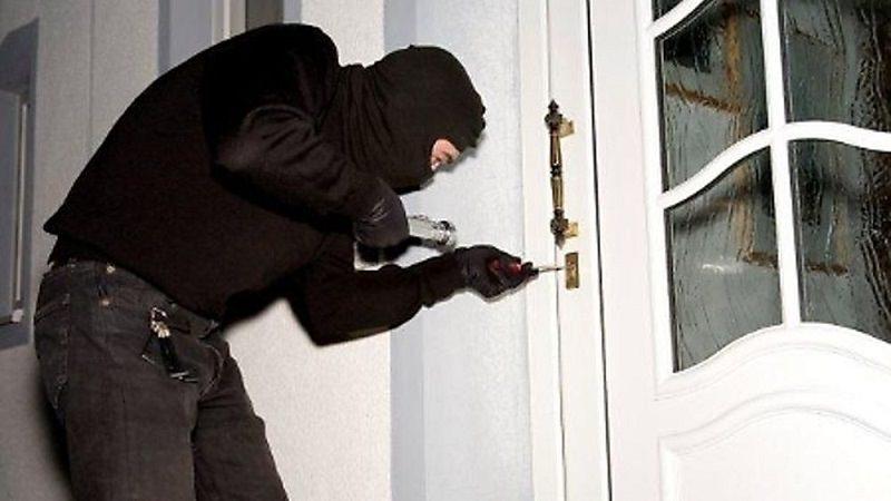 Si introducono in un'abitazione e aggrediscono la proprietaria: arrestato 35enne e minorenne in comunità
