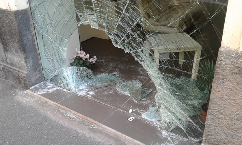 Catania, furto con spaccata alla Tim di via Giacomo Leopardi: arrestato un 14enne