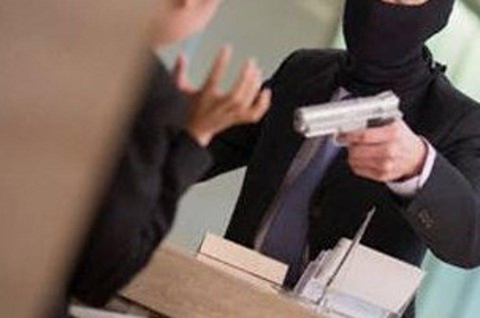 Rapina in una banca di corso Umberto, ladri armati fuggono con 50mila euro: malore per il direttore