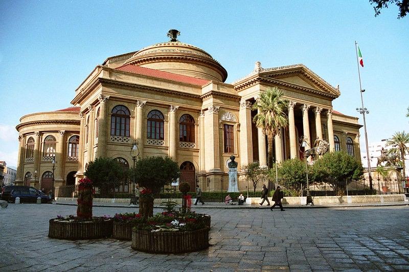 Pacco Glovo sospetto di fronte al Teatro Massimo: segnalazione dei passanti, forze dell'ordine sul posto