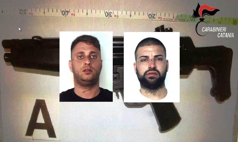 Fuggono all'alt dei carabinieri ma vengono bloccati: nascondevano un mitra giocattolo