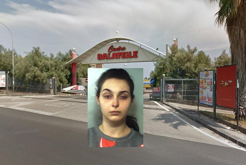 """Nasconde la refurtiva nel passeggino della figlia, bloccata nel parcheggio del centro commerciale """"Balatelle"""""""