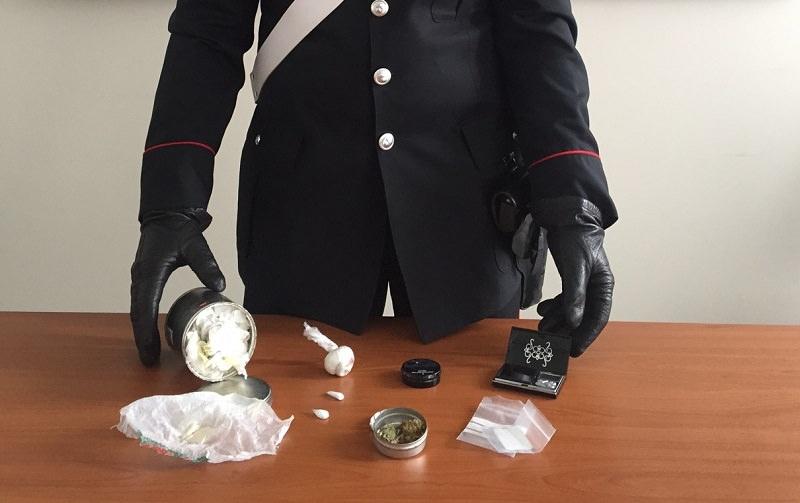 Nascondeva la droga tra i pneumatici accatastati della sua officina: arrestato 30enne