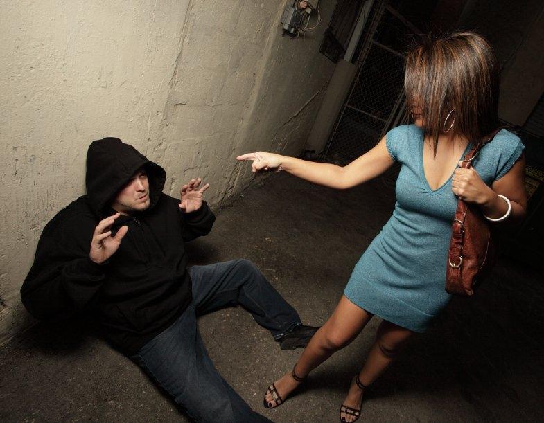 Urla e minacce: lei lo rincorre per strada con un coltello