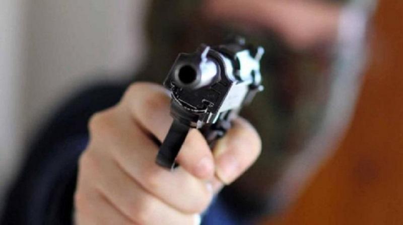 Rapina choc a Catania, lo afferra per la gola e gli punta una pistola alla testa: in carcere ladro violento