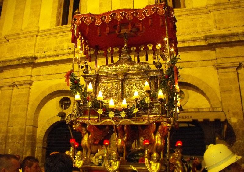 """Approfitta dei festeggiamenti in onore del Santo Patrono per """"svaligiare"""" un appartamento, arrestato"""