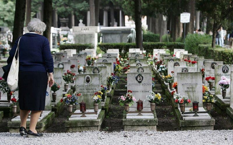 """Cadaveri """"rubati"""" al cimitero, arrestato giovane titolare di una agenzia di pompe funebri: indagati 3 complici"""