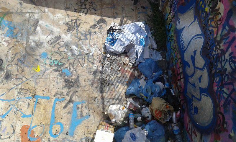 Largo Paisiello tra vandali, parcheggiatori abusivi e degrado