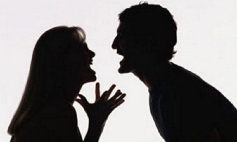 Lite fra ex coniugi per le visite al figlio, insulti e accuse mettono in allarme i vicini: polizia sul posto