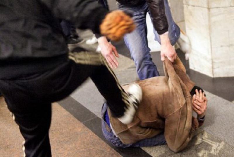 Lanciano sedie e tavoli contro tre persone: arrestati tre romeni