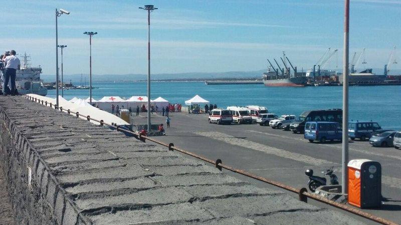 Quasi mille migranti sbarcano sulle coste siciliane: 80 corpi ancora in mare