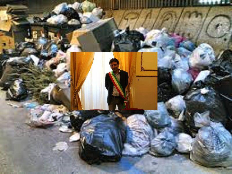 Cinisi, getta l'immondizia per strada ma il sindaco gliela riconsegna