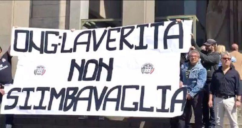 Catania, caso Ong: striscione e proteste davanti al Tribunale