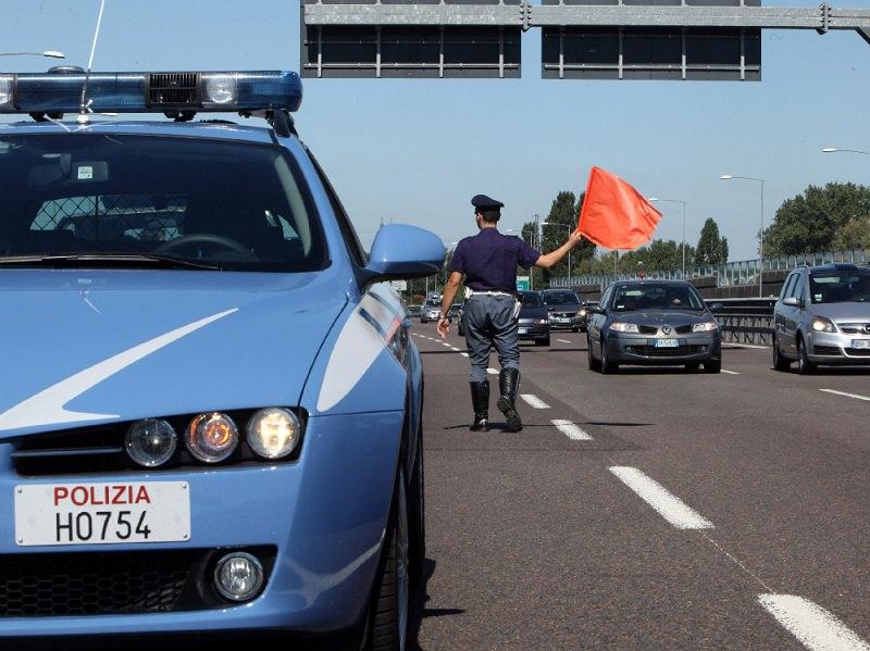 Fiamme avvolgono un'auto: traffico in tangenziale va in tilt
