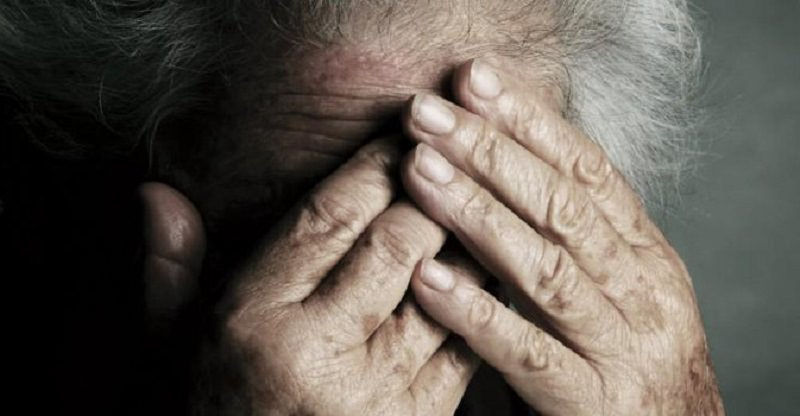 Ubriaco picchia l'anziana madre per soldi e si scaglia contro il 118: arrestato 48enne