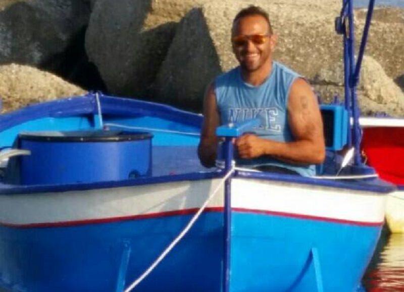 Barca urta contro bombola di gas, Francesco sopravvive dopo 3 ore in mare