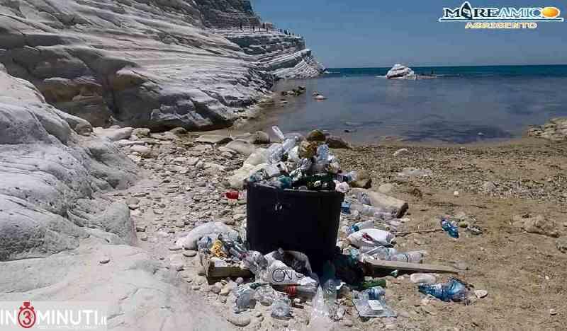 """Scala dei Turchi da """"Premio della Critica"""" a """"Premio per il Degrado"""": arrivano i soliti rifiuti in spiaggia"""