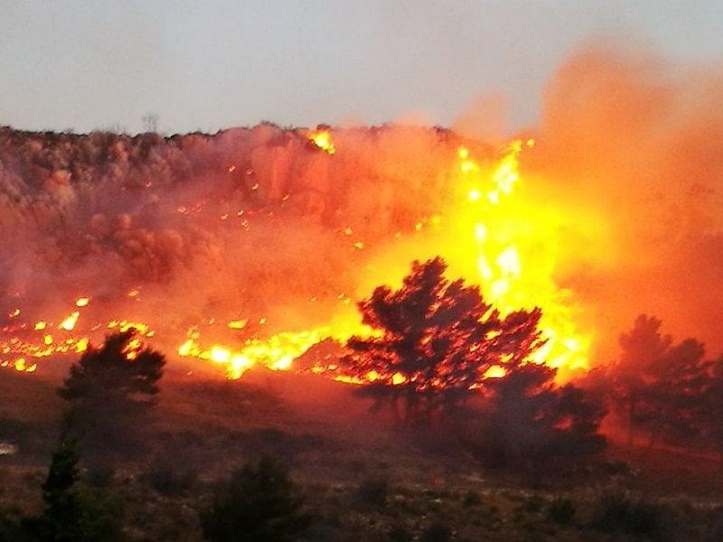 Erice divorata dalle fiamme. Residenti lasciano le case, 300 persone bloccate