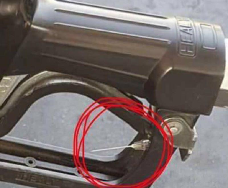 """Siringhe infette nelle pistole di carburante: allarme nelle pompe di benzina. Si tratterebbe di una """"bufala"""""""