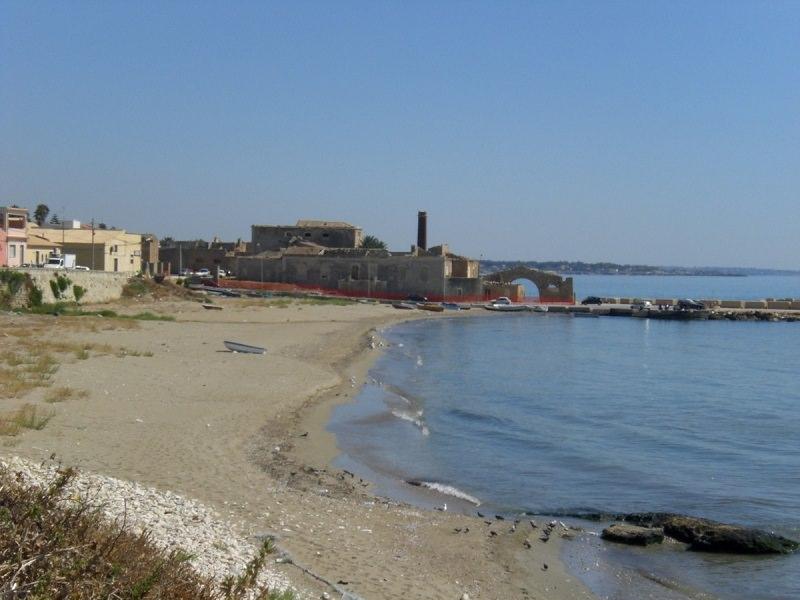 Giallo ad Avola: trovato cadavere nudo e con ferite in spiaggia