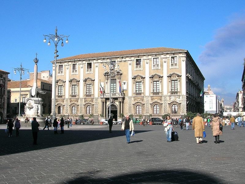 Paura al comune di Catania: operai minacciano di buttarsi dal ...